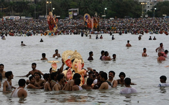 Photo/Rajanish Kakade - Hindus bring statues of the Hindu God Ganesh for immersion in the Arabian sea on the final day of the festival of Ganesh Chaturthi in Mumbai, India